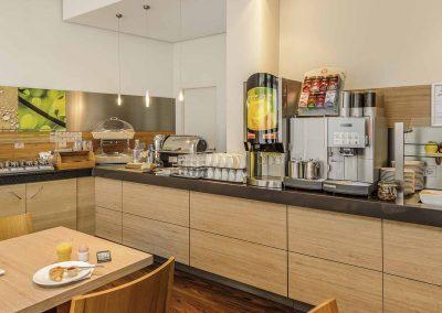 Ibis-Bamberg-Altstadt-Fruehstuecksbuffet-Kaffeemaschine