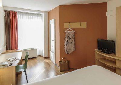 Ibis-Bamberg-Altstadt-Standardzimmer-Doppelbett-Garderobe-Gepäck
